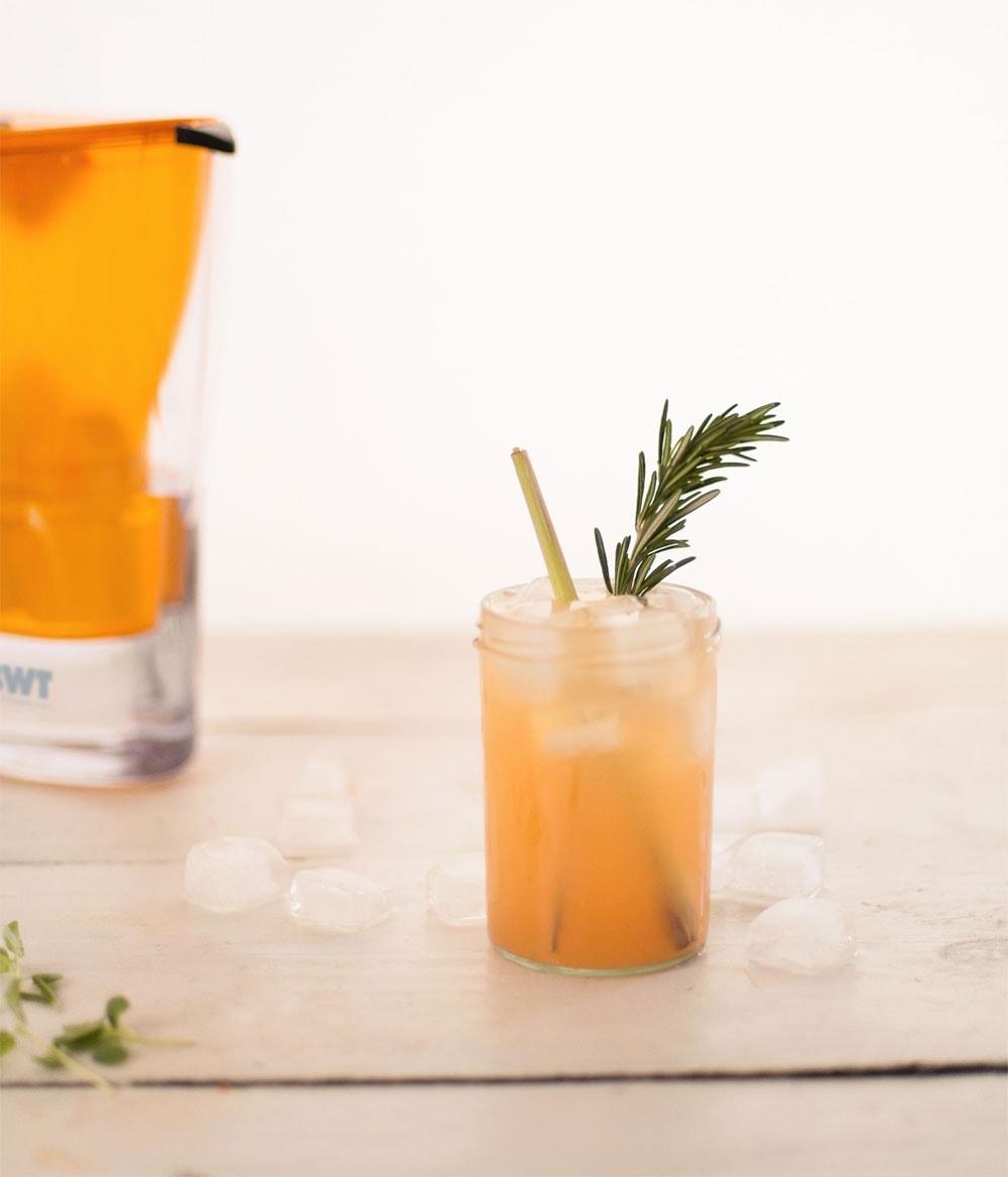 Der fertige Grapefruit-Minz-Drink mit Rosmarin