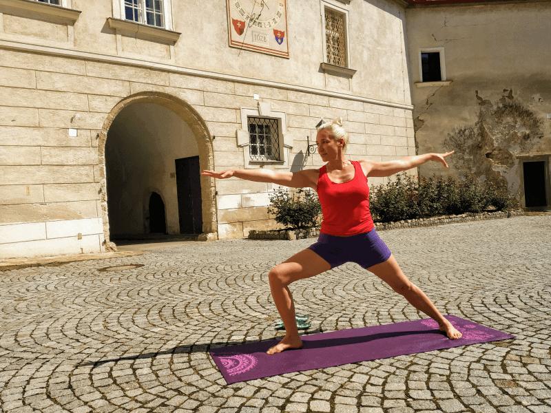 Bei der Yoga-Praxis im Schlosshof