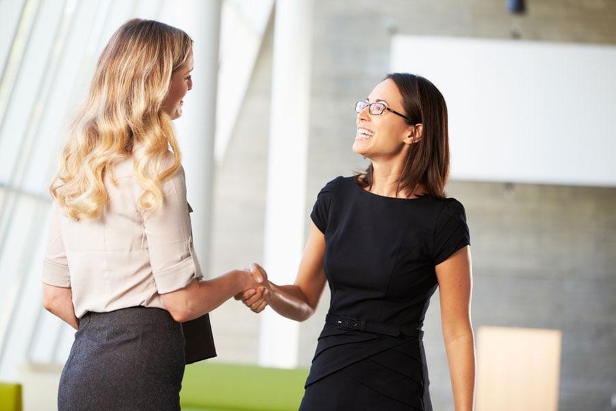 Mit der richtigen Körpersprache tust du dir im Business leichter.