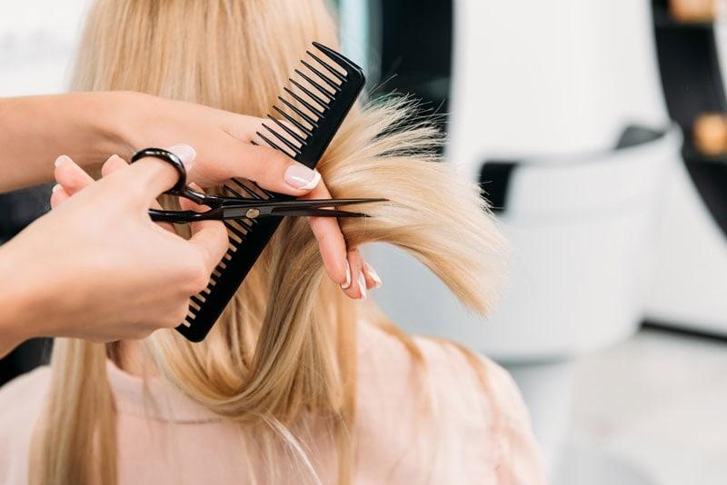 Ein neuer Haarschnitt sorgt für einen völlig anderen Look.