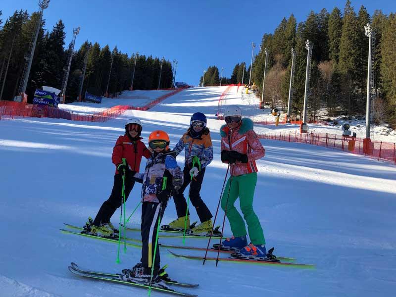 Verena Sykora mit ihren Kindern beim Skifahren © Verena Sykora