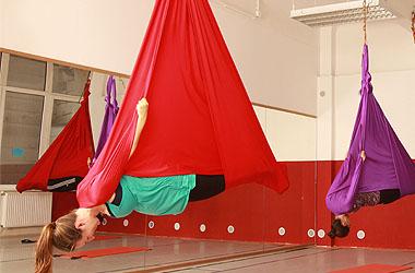 Aerial Yoga verbindet traditionelles Yoga mit Luftakrobatik; Bildquelle: aerialyoga.at