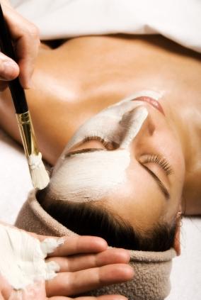 Frau bei Kosmetikbehandlung