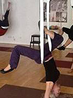 Heike beim Antigravity Yoga