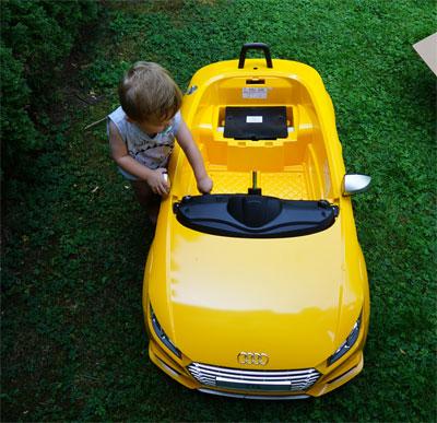 Der Sprößling hatte mit dem Zusammenbau des Audi TTS seinen Spaß.