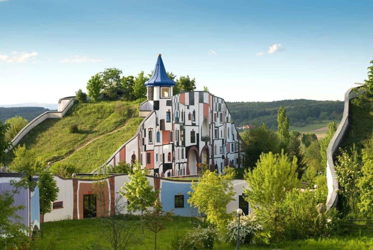 Das Rogner Bad Blumau schmiegt sich harmonisch in die Landschaft