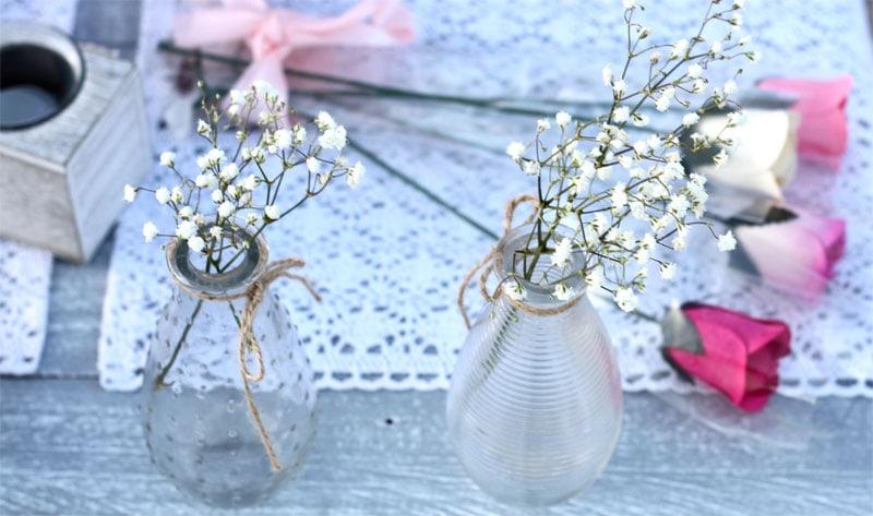 Kleine Blumenvasen als Sommer-Deko
