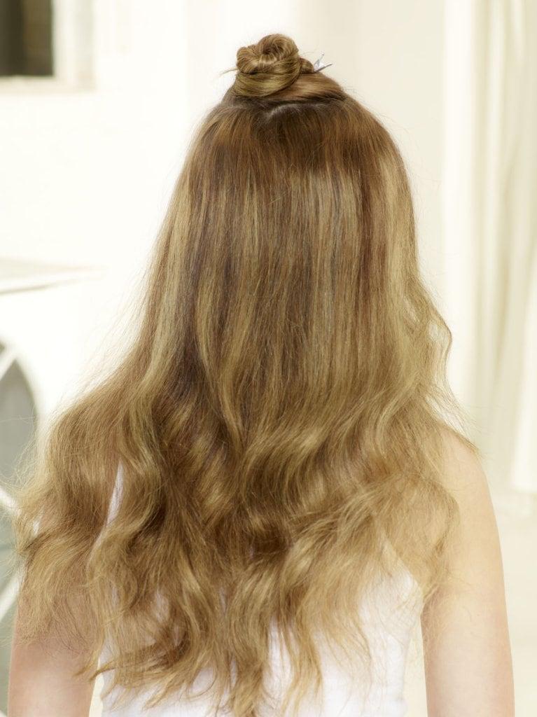 Mittlere Haarsträhne zusammenzwirbeln und mit einer Haarnadel befestigen.