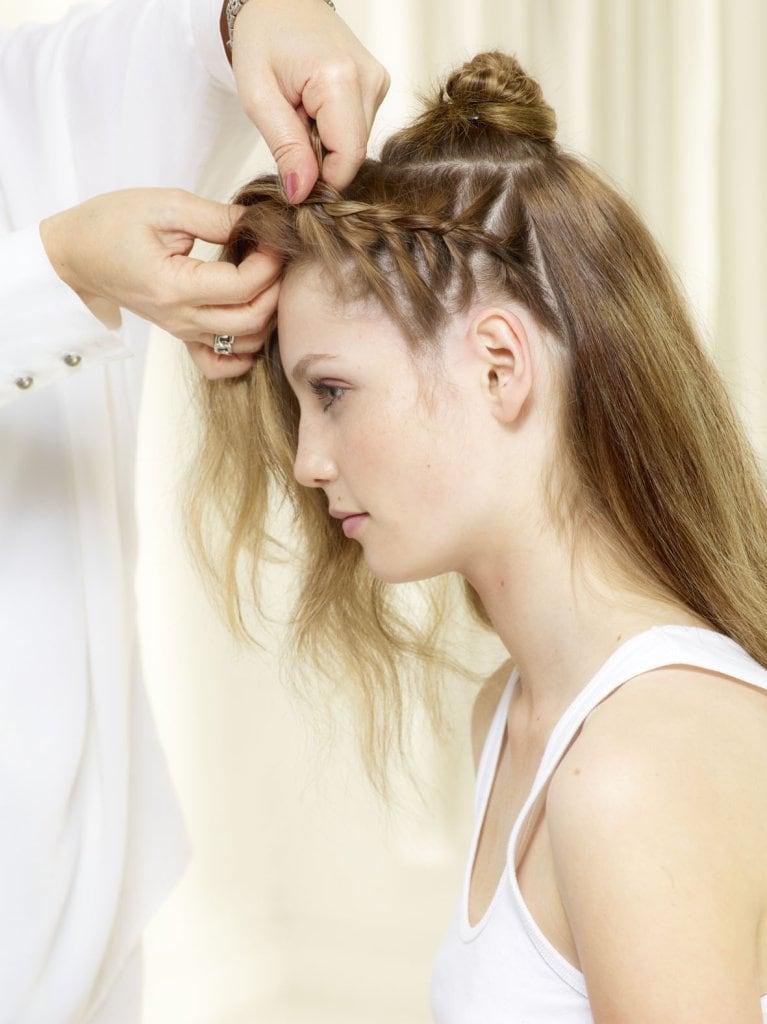 Erstes Flechtband hinter dem Ohr beginnen. Haar in drei Strähnen teilen und mit einem klassischen 3er Zopf starten.