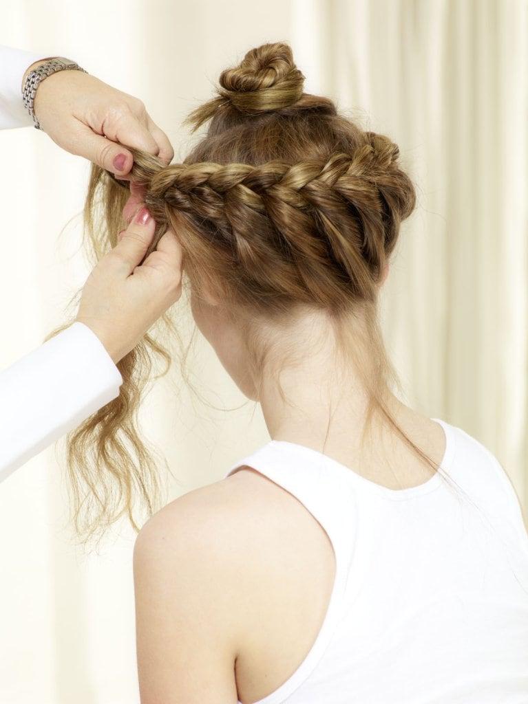 Je nach Haarlänge klassischen 3er Zopf fortsetzen und am Kopf mit Haarnadeln befestigen.