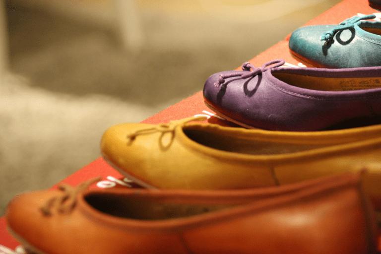 Es wird bequem: Flache Schuhe erleben modischen Höhenflug