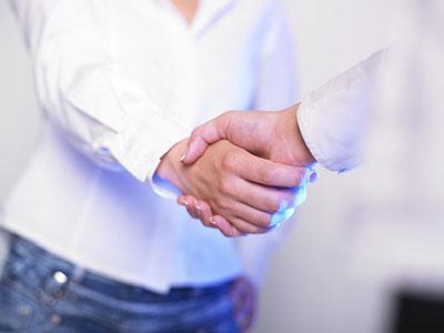 Der Händedruck kann einen guten oder schlechten Eindruck hinterlassen.