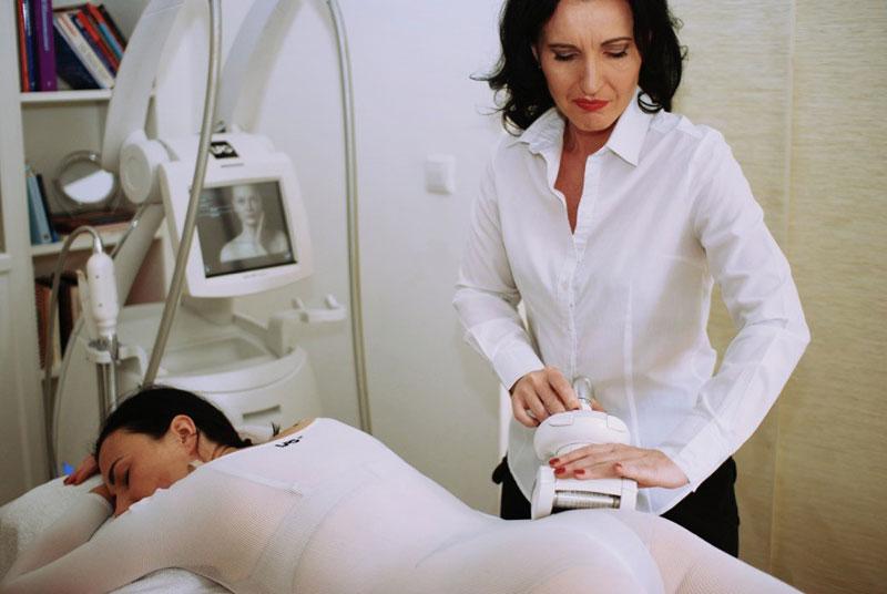 Petra Aschauer bei einer Cellulite-Behandlung © Die Aschauer