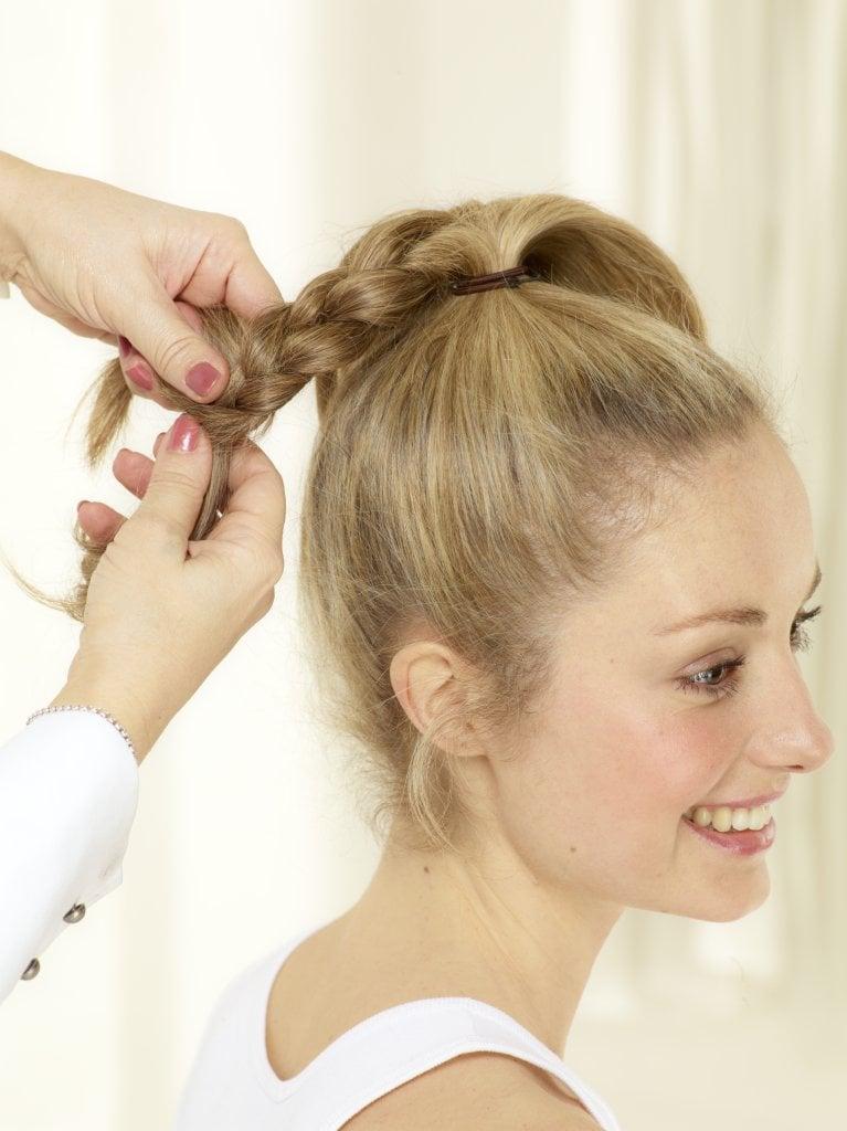 Jeden Teil zu einem klassischen 3er Zopf flechten. Auf die Enden Haargummis geben, Zöpfe herumwickeln und mit Haarnadeln und Styling Spray fixieren.