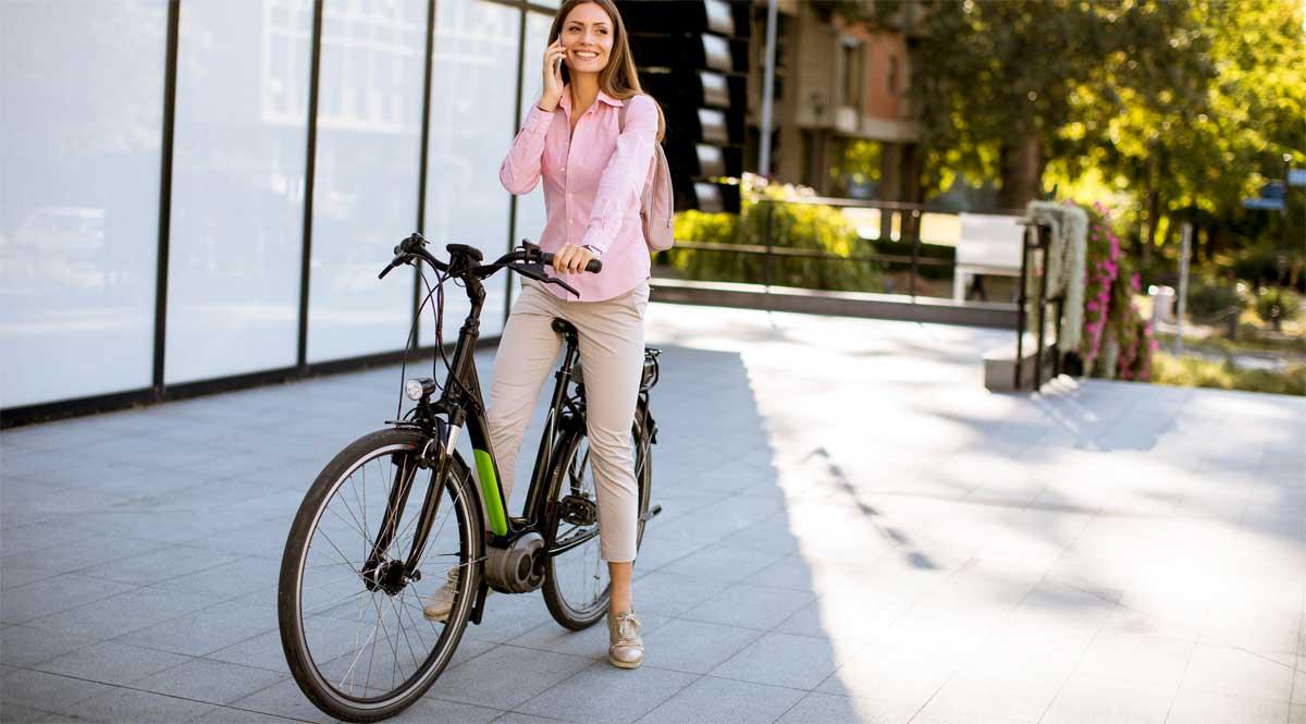Mit dem E-Bike zur Arbeit - eine unkomplizierte und einfache Alternative zum Auto. Doch was ist dabei zu bedenken?