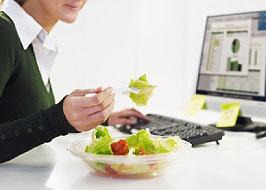 Essen direkt am Arbeitsplatz ist nicht gesund; Bildquelle: istockphoto,  diego_cervo