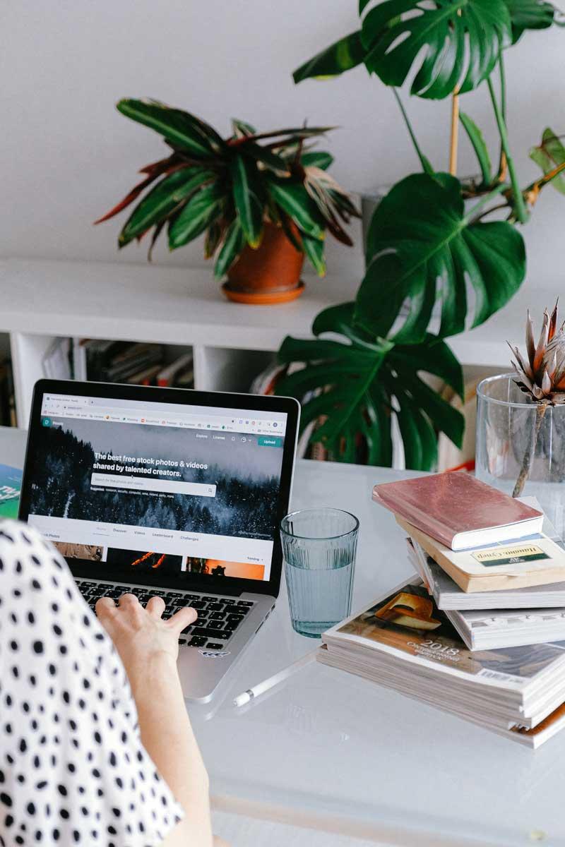 Integriere Grün in die Farben im Home Office