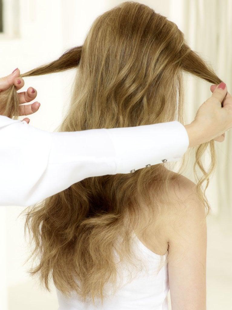 Haaransatz des Deckhaares toupieren. Für den Zopfansatz zwei seitliche Strähnen von vorne nach hinten ziehen und überkreuzen. © Beiersdorf
