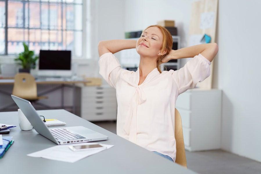 Kurze Pausen mit langem Strecken oder Bewegen sorgen für Energieschübe.