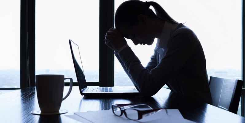 Frustrierte Frau im Büro