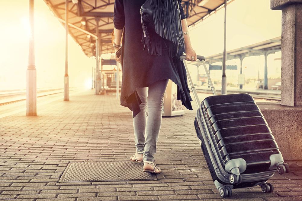 Frau zieht ihren Koffer