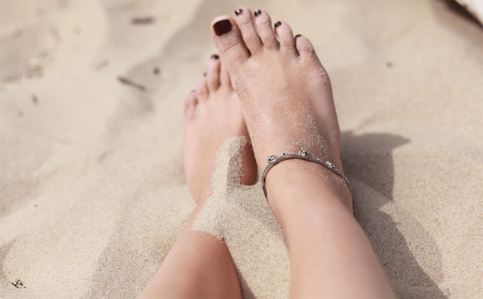 Frauenfüße am Strand