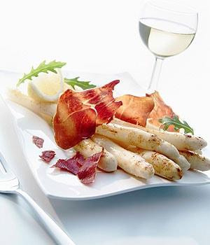 Gegrillter Spargel mit Chips vom Serrano Schinken und Zitronenbutter; Bildquelle: Consorcio del Jamón Serrano