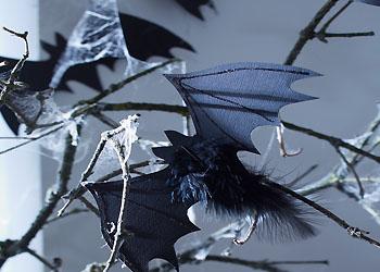 Glitzer-Fledermäuse für Halloween zum Selberbasteln; Bildquelle: tesa