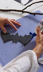 Mit dem tesa® Vielzweckkleber die inneren Linien der Fledermaus nachziehen.; Bildquelle: tesa