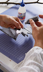 Das Glitzerpulver auf den feuchten Klebstoff streuen, überflüssiges Pulver abpusten und gut trocknen lassen. ; Bildquelle: tesa