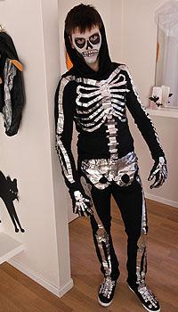 Anleitung für ein Halloween-Skelett-Kostüm; Bildquelle: tesa