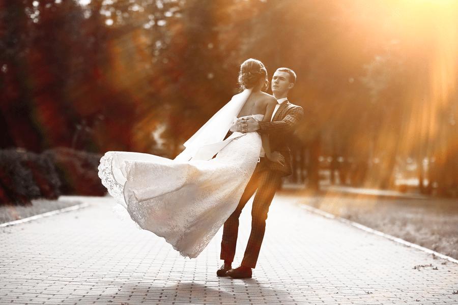 Vor Freude tanzendes Brautpaar