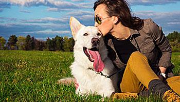 Frauchen und Hund gehen oft eine jahrelange Beziehung ein; Bildquelle: andreaobzerova - Fotolia.com