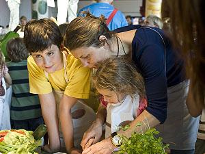 Sarah Wiener beim Kochen mit Kindern; Bildquelle: Sarah Wiener Stiftung