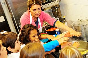 Sarah Wiener beim Kochen mit Kindern; Bildquelle: Sarah Wiener