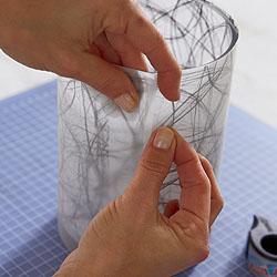 Das Transparentpapier in den Maßen der Faserseide zuschneiden und über den Deko-Stoff um das Windlicht legen. Auf der Rückseite mit tesafilm® Eco & Clear zusammenkleben.; Bildquelle: tesa