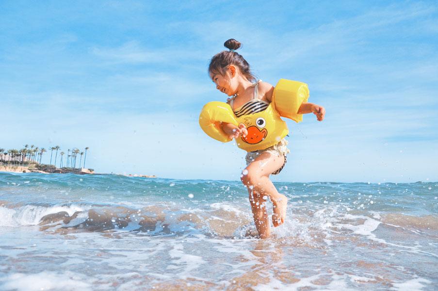 Besonders am Wasser brauchen Kinder eine gute Sonnencreme
