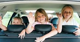 Gut gelaunte Kinder im Auto