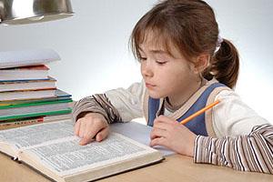 Wie können Eltern ihre Kinder beim Lesenlernen unterstützen?; Bildquelle: istockphoto, gbh007