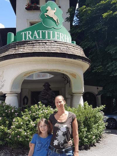 Lisa mit ihrer Tochter vor dem Trattlerhof