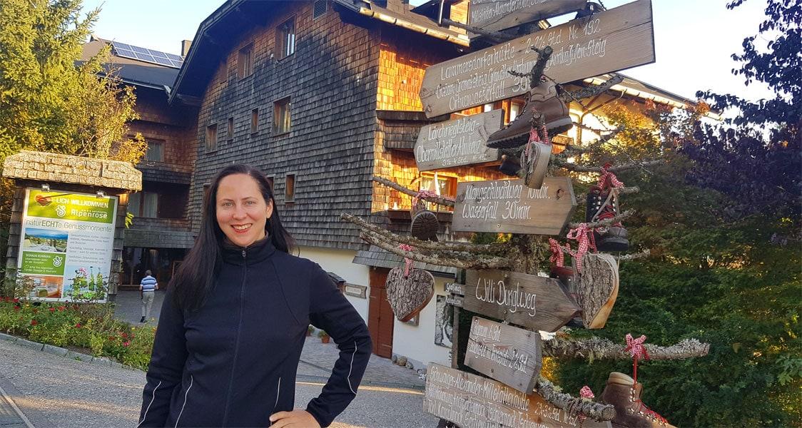 Lisa vor dem Hotel Alpenrose