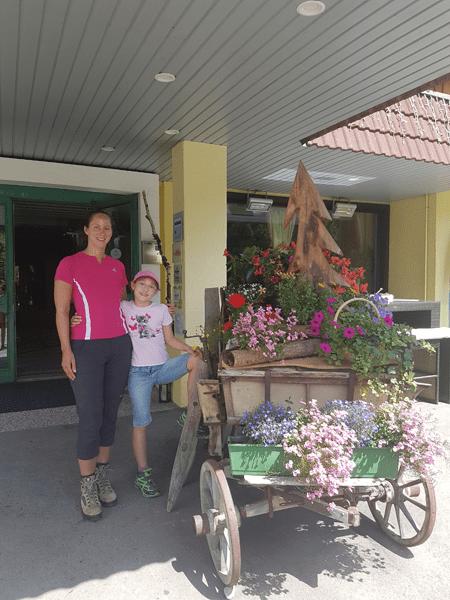 Lisa mit ihrer Tochter vor dem Kärntnerhof