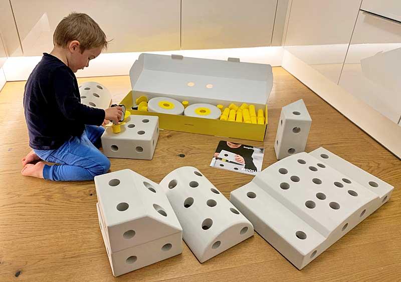 Eifrig beim Bauen mit den Modu Spielsteinen © Heike Wallner