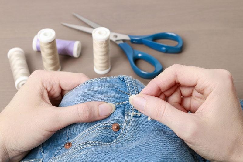 Nachhaltiger Kleiderschrank: Reparieren statt wegwerfen!
