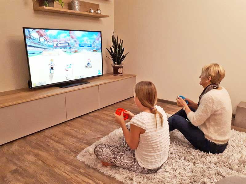 Rennvergnügen Mario Kart - beliebt bei Oma und Enkelin © Heike Wallner