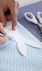 Aus stabilem Papier eine Hasenschablone anfertigen, die Hasen mit ihrer Hilfe aufzeichnen und ausschneiden.; Bildquelle: tesa