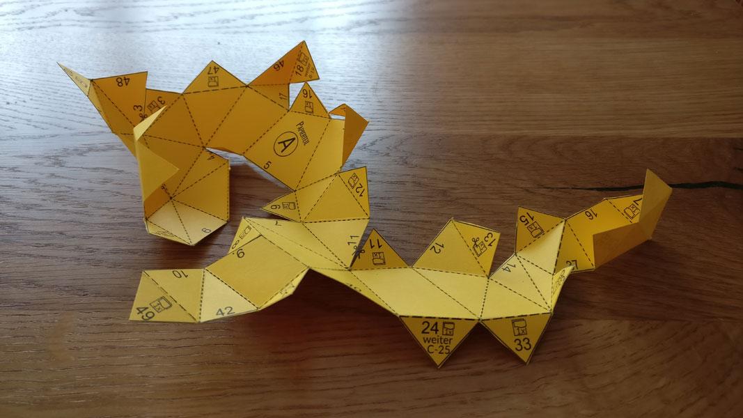 2. Schritt: das Papier entlang der vorgegebenen Linien falten