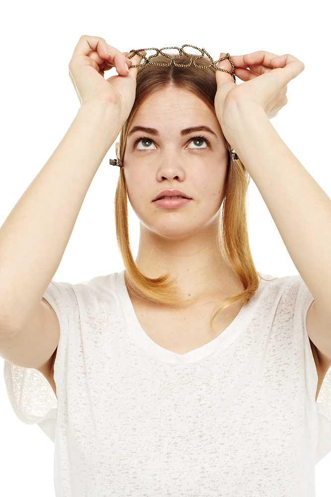 Ein Haarreif, Haarband oder sonstige Haaraccessoires im Haar anbringen.