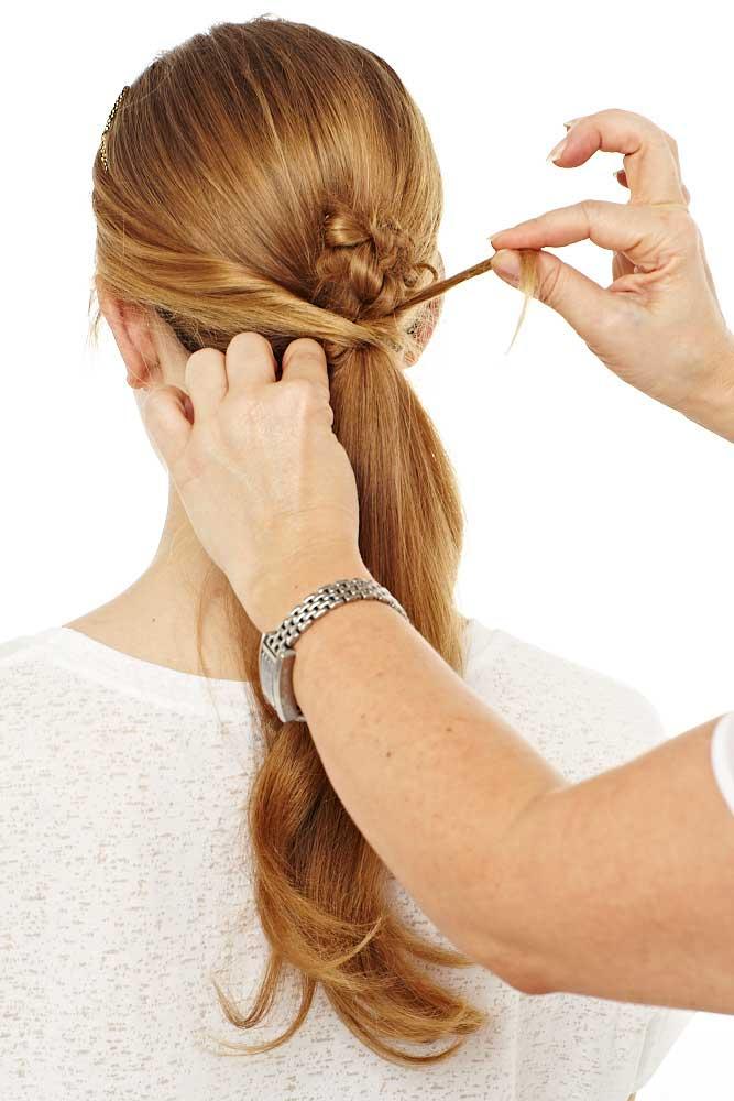 Dann die vorderen Haarpartien zum Pferdeschwanz geben und wie zuvor drehen und fixieren.