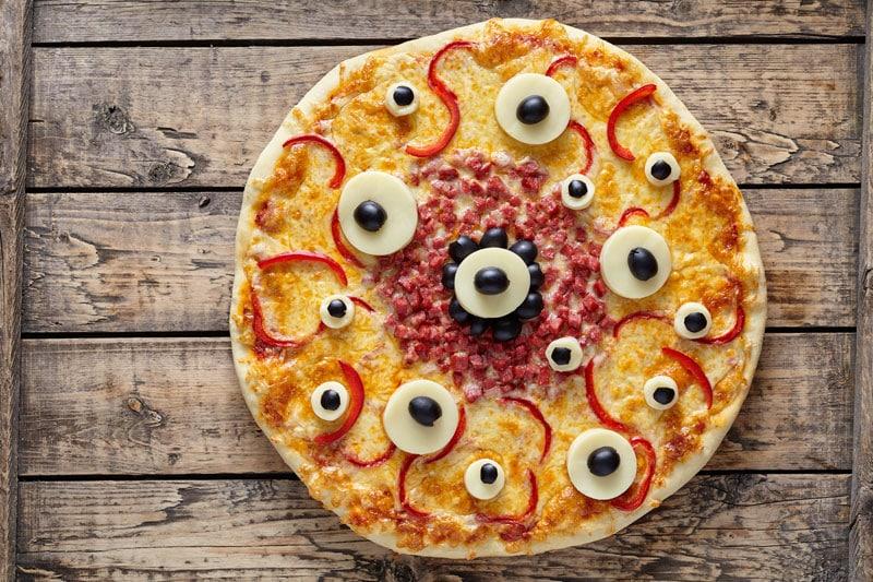Vieläugige Monsterpizza für Halloween